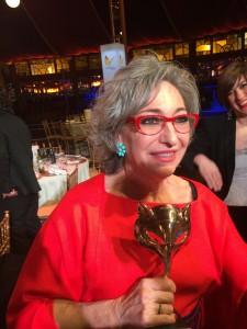 Luisa Gavasa con su premio Feroz tras la gala. // Imagen: R. Viejo