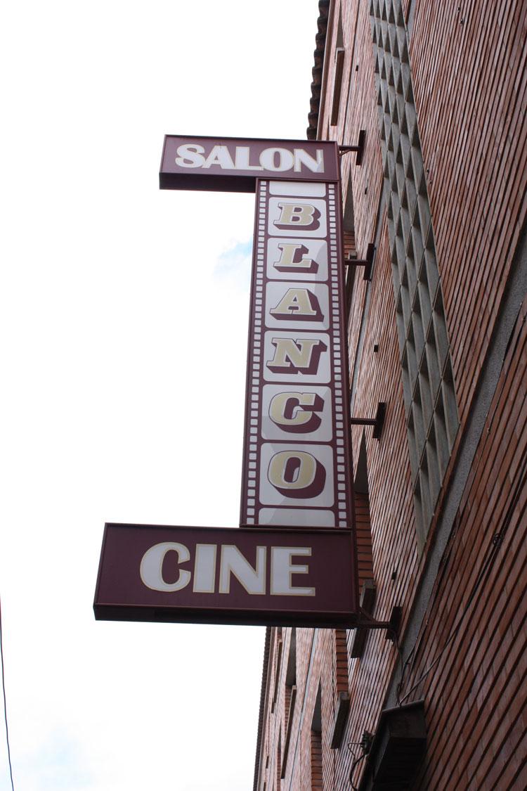 cine-salon-blanco-exterior